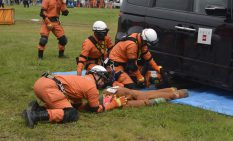 機材を使った訓練を行う市消防隊員