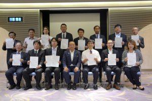 本村市長を囲む今年度の認定事業所関係者