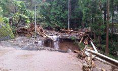 斜面が崩落した国道413号の一部
