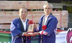 福島局長に津久井産材を贈る本村市長(左)