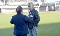 スタジアムを視察したスンドハーゲ監督(右)
