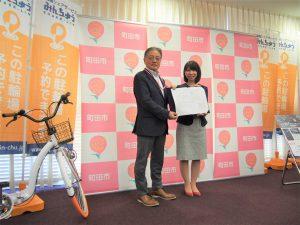 石阪市長と協定書を交わすアイキューソフィア中野社長(右)