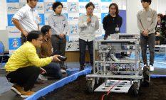 ロボットによる苗植えを実演するいわき事業所チーム