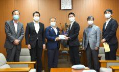 本村市長にマスクを手渡す会派のメンバー