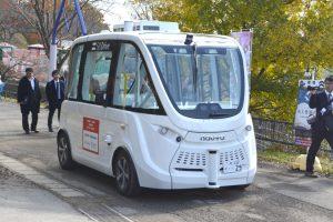 歩行者がいる園内で実証を行う自立走行バス