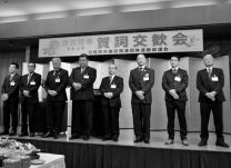 壇上に並ぶ各団体の代表者