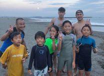 茅ケ崎の子供と交流を結ぶ岡川さんや近藤選手