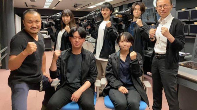 放送芸術科の石川科長(右)と学生8人、岡川さん(左)